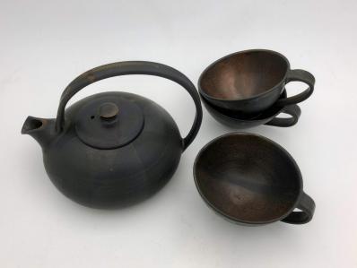Théière brune avec tasses